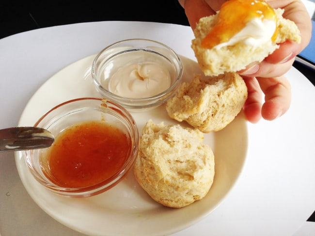 scones-confiture-creme-fraiche-rose-bakery