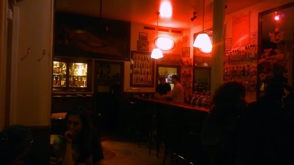 Photo de l'intérieur du restaurant mexicain La Perla Bar, le soir