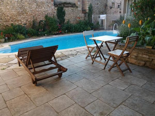 h tels avec piscine moins de deux heures de paris et moins de 100. Black Bedroom Furniture Sets. Home Design Ideas