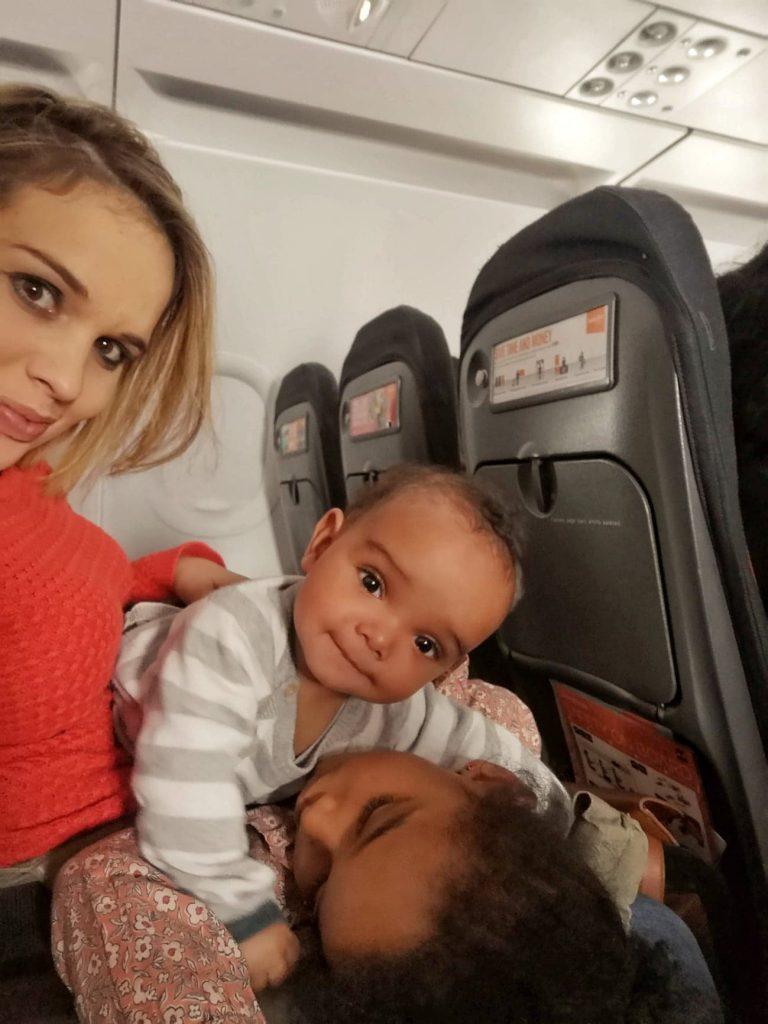 avion-avec-des-enfants-jouets