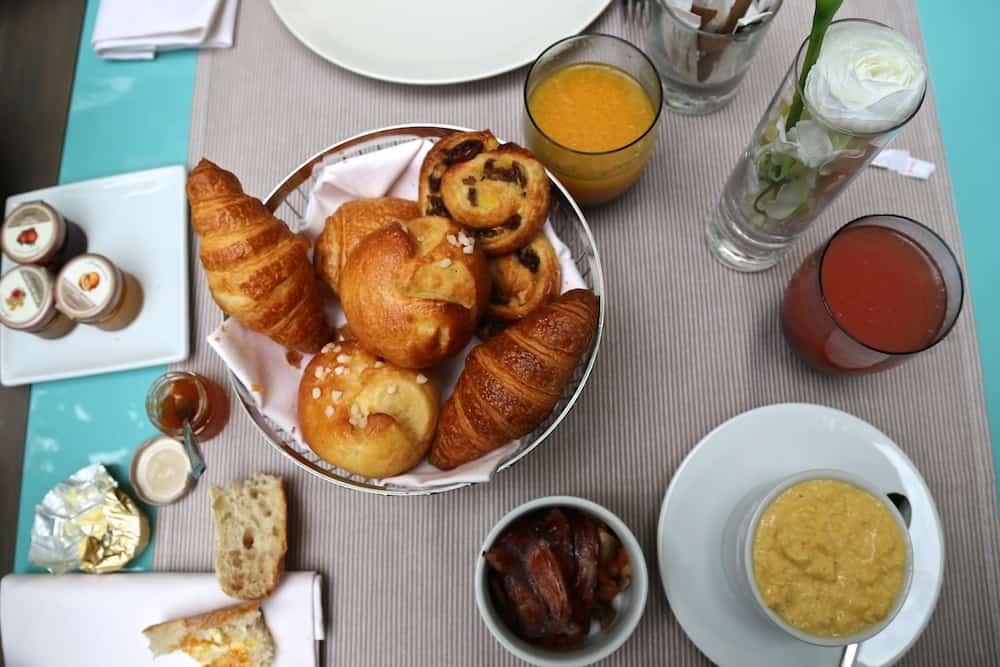 hotel-de-sers-chambre-petit-dejeuner